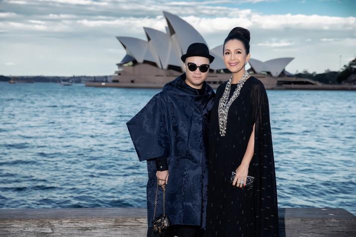 Hà Tăng kín cổng cao tường, Đỗ Mỹ Linh, HH Tiểu Vy phô diễn vai trần mĩ miều tại show diễn của NTK Đỗ Mạnh Cường tại Úc - Ảnh 2.