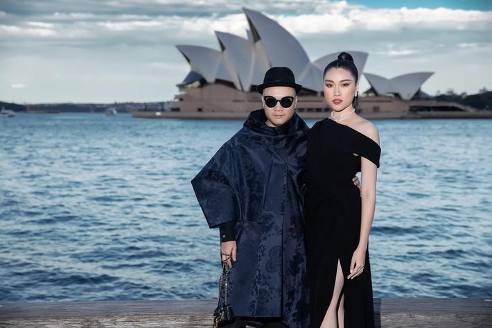 Hà Tăng kín cổng cao tường, Đỗ Mỹ Linh, HH Tiểu Vy phô diễn vai trần mỹ miều tại show diễn của NTK Đỗ Mạnh Cường tại Úc - Ảnh 20.