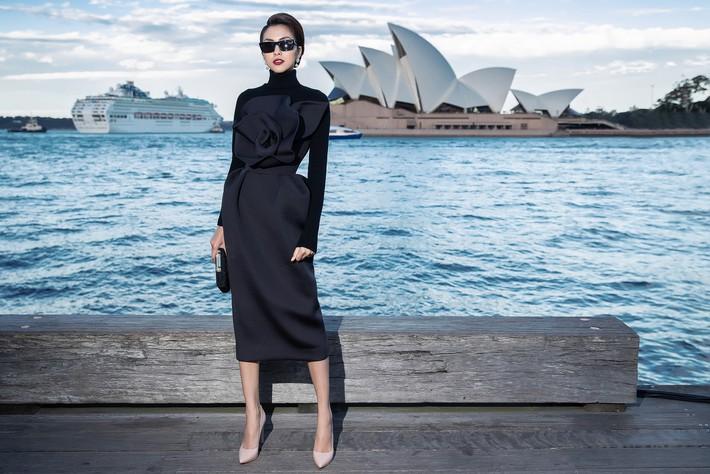 Hà Tăng kín cổng cao tường, Đỗ Mỹ Linh, HH Tiểu Vy phô diễn vai trần mỹ miều tại show diễn của NTK Đỗ Mạnh Cường tại Úc - Ảnh 3.