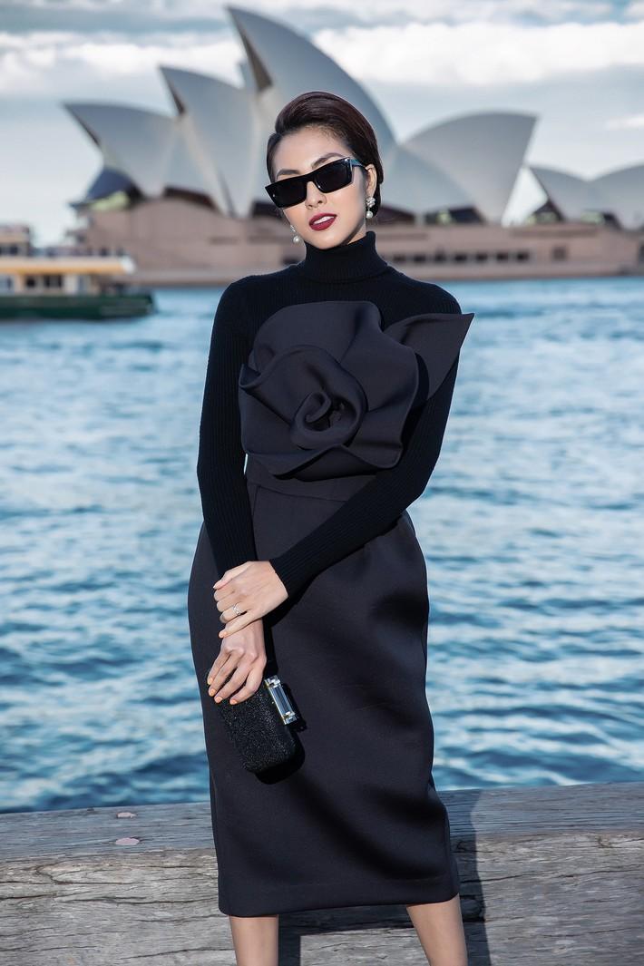 Hà Tăng kín cổng cao tường, Đỗ Mỹ Linh, HH Tiểu Vy phô diễn vai trần mỹ miều tại show diễn của NTK Đỗ Mạnh Cường tại Úc - Ảnh 4.
