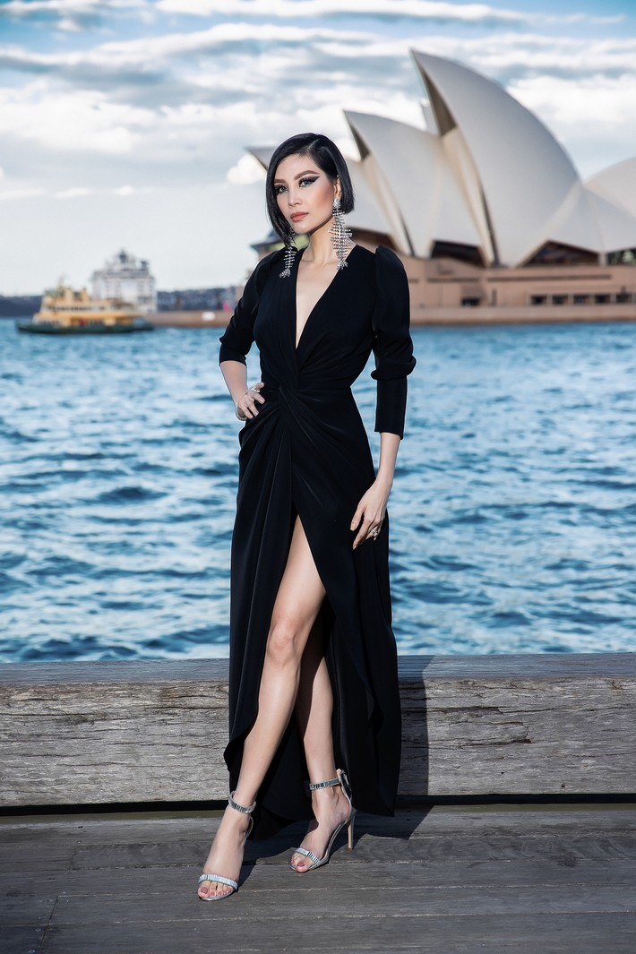 Hà Tăng kín cổng cao tường, Đỗ Mỹ Linh, HH Tiểu Vy phô diễn vai trần mỹ miều tại show diễn của NTK Đỗ Mạnh Cường tại Úc - Ảnh 5.
