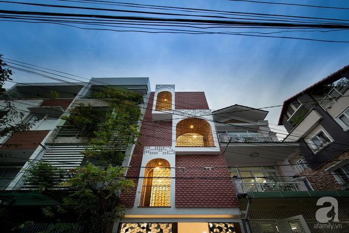 Nhà phố Sài Gòn tạo ấn tượng đặc biệt nhờ những ô cửa sổ mái vòm cùng ánh sáng ấm áp cho 3 thế hệ cùng sinh sống - Ảnh 2.