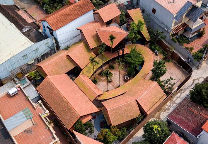 Ngôi nhà ở Đông Anh sở hữu thiết kế như một ngôi làng Bắc bộ vừa đoạt giải vàng Kiến trúc Quốc gia  - Ảnh 1.