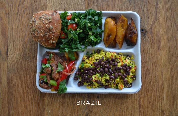 Lác mắt với bữa ăn trưa tiêu chuẩn tại trường của trẻ em trên thế giới, phụ huynh Việt trông thấy đều: Ước gì! - Ảnh 3.