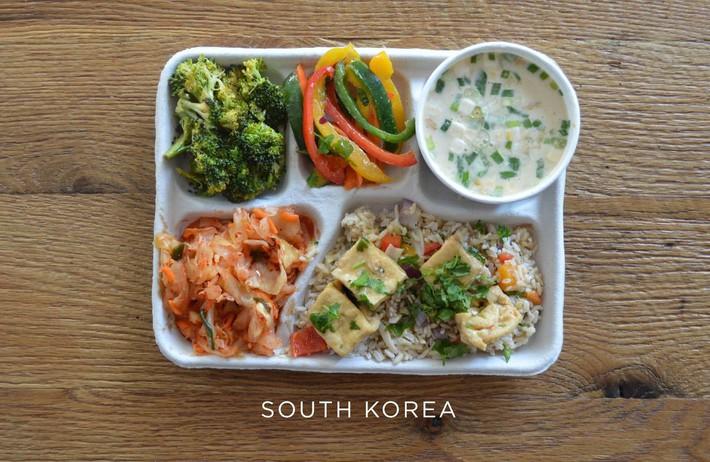 Lác mắt với bữa ăn trưa tiêu chuẩn tại trường của trẻ em trên thế giới, phụ huynh Việt trông thấy đều: Ước gì! - Ảnh 8.