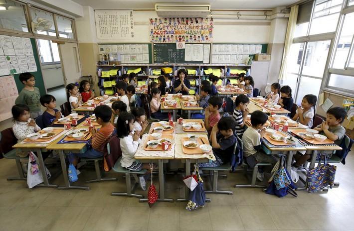 Lác mắt với bữa ăn trưa tiêu chuẩn tại trường của trẻ em trên thế giới, phụ huynh Việt trông thấy đều: Ước gì! - Ảnh 1.