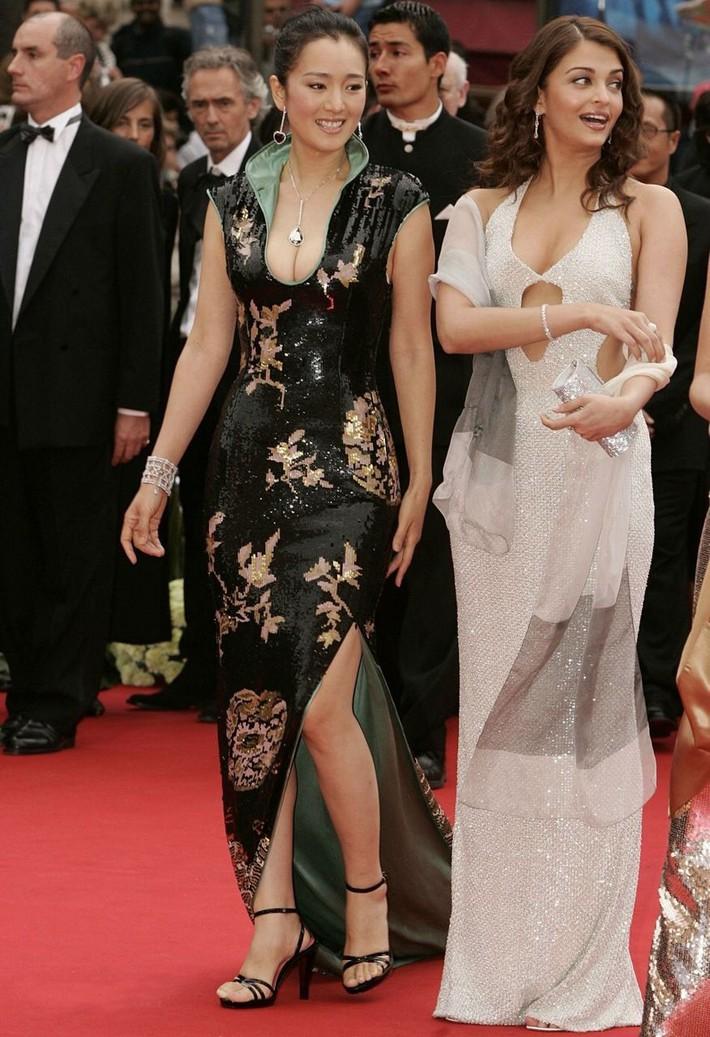Củng Lợi: Đại mỹ nhân Hoa ngữ chẳng cần diện đồ quá lố nhưng vẫn tỏa hào quang suốt 31 năm sải bước trên thảm đỏ LHP Cannes - Ảnh 11.