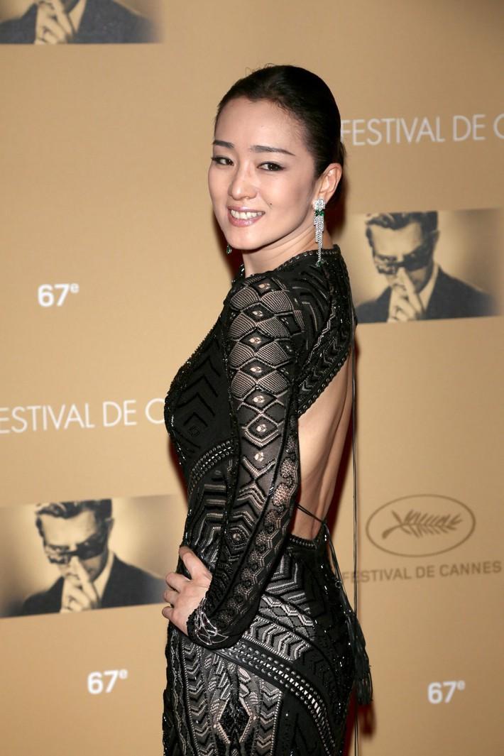 Củng Lợi: Đại mỹ nhân Hoa ngữ chẳng cần diện đồ quá lố nhưng vẫn tỏa hào quang suốt 31 năm sải bước trên thảm đỏ LHP Cannes - Ảnh 5.