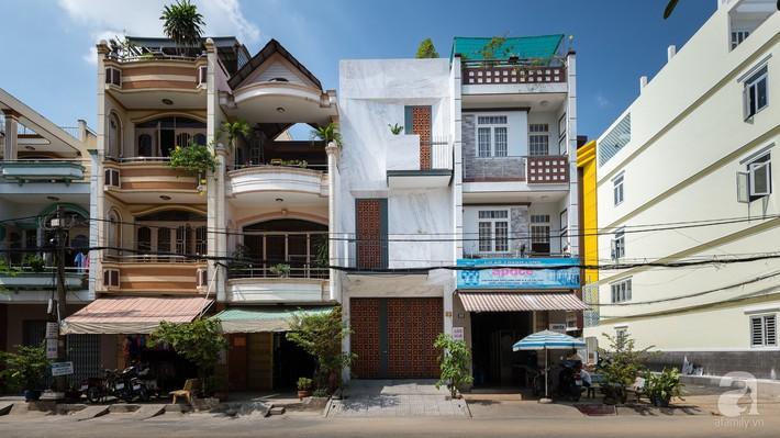 Nhà phố Sài Gòn ngập tràn bóng nắng nhờ khéo thiết kế gạch hóa gió tạo điểm nhấn kiến trúc - Ảnh 3.