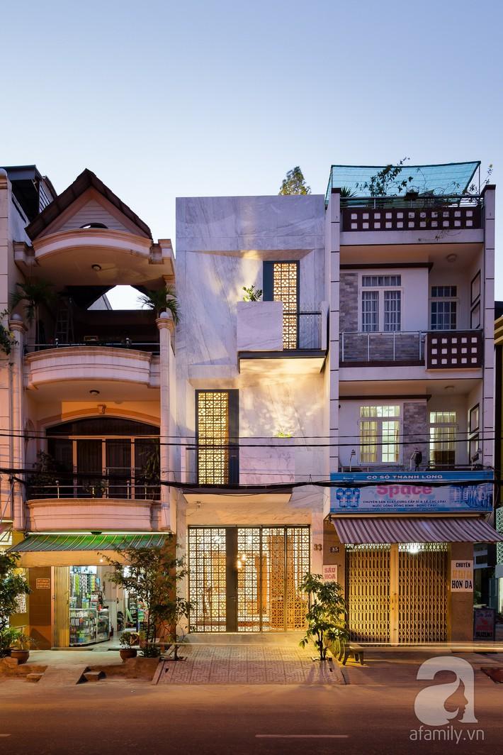 Nhà phố Sài Gòn ngập tràn bóng nắng nhờ khéo thiết kế gạch hóa gió tạo điểm nhấn kiến trúc - Ảnh 2.