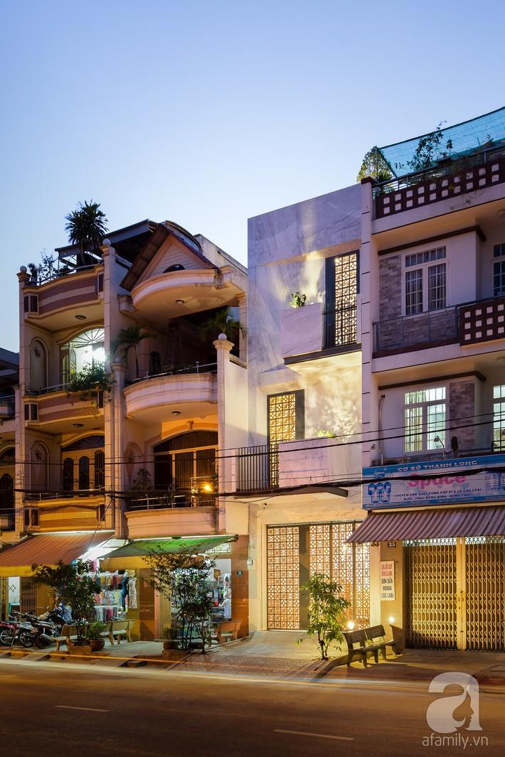 Nhà phố Sài Gòn ngập tràn bóng nắng nhờ khéo thiết kế gạch hóa gió tạo điểm nhấn kiến trúc - Ảnh 1.