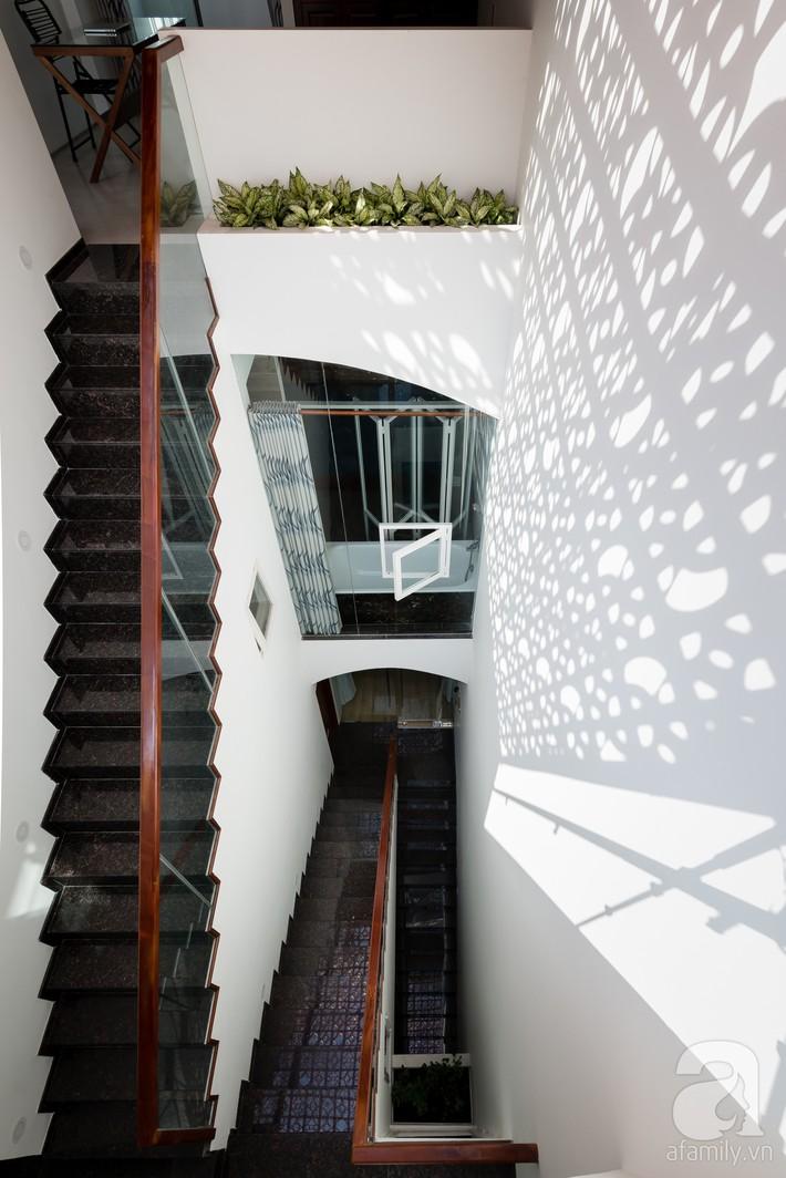 Nhà phố Sài Gòn ngập tràn bóng nắng nhờ khéo thiết kế gạch hóa gió tạo điểm nhấn kiến trúc - Ảnh 13.