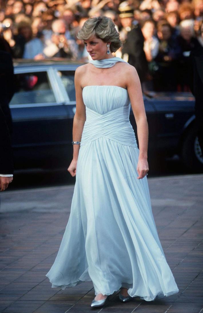 """Dù đã hơn 30 năm nhưng chiếc đầm tuyệt đẹp của công nương Diana và khoảnh khắc """"tình tứ"""" với chồng tại Cannes vẫn thật khó quên - Ảnh 1."""