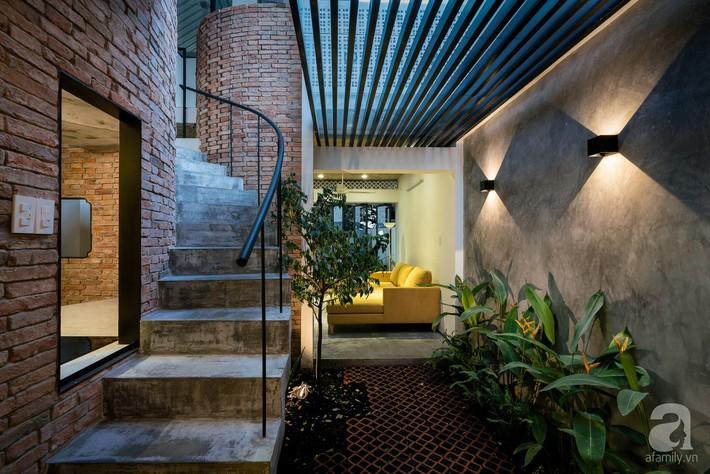 Ngôi nhà tọa lạc tại góc khuất trong con hẻm nhỏ đẹp ấn tượng với điểm nhấn từ gạch trần và cây xanh ở quận Phú Nhuận, TP. HCM - Ảnh 9.