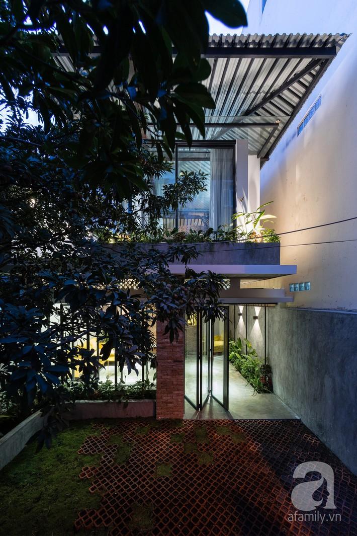 Ngôi nhà tọa lạc tại góc khuất trong con hẻm nhỏ đẹp ấn tượng với điểm nhấn từ gạch trần và cây xanh ở quận Phú Nhuận, TP. HCM - Ảnh 2.