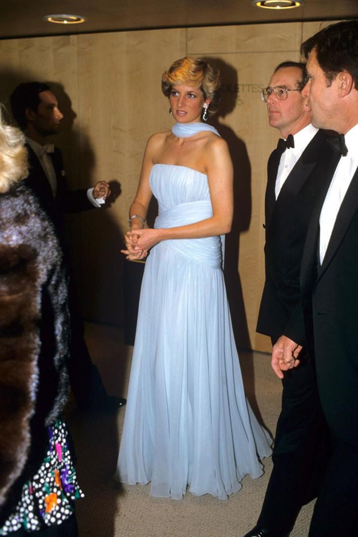 """Dù đã hơn 30 năm nhưng chiếc đầm tuyệt đẹp của công nương Diana và khoảnh khắc """"tình tứ"""" với chồng tại Cannes vẫn thật khó quên - Ảnh 5."""