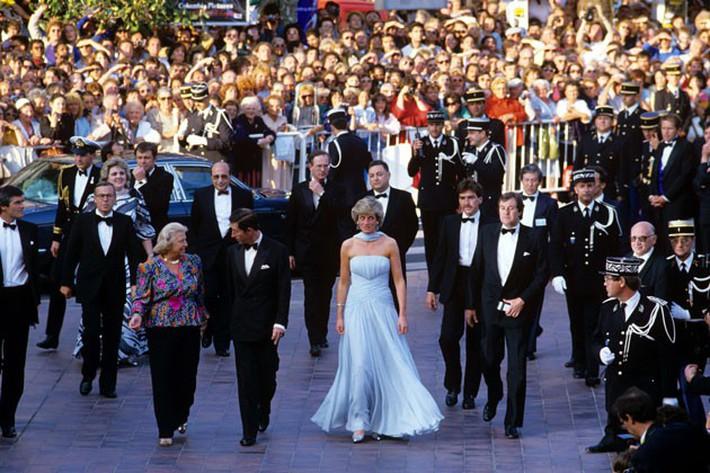"""Dù đã hơn 30 năm nhưng chiếc đầm tuyệt đẹp của công nương Diana và khoảnh khắc """"tình tứ"""" với chồng tại Cannes vẫn thật khó quên - Ảnh 2."""