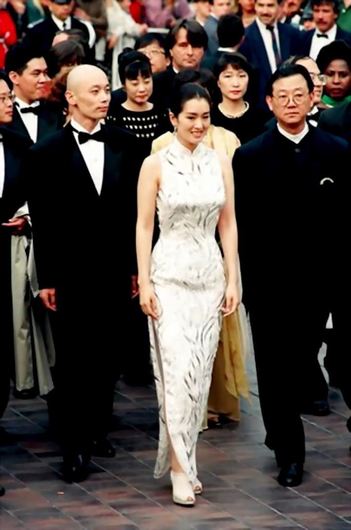 Củng Lợi: Đại mỹ nhân Hoa ngữ chẳng cần diện đồ quá lố nhưng vẫn tỏa hào quang suốt 31 năm sải bước trên thảm đỏ LHP Cannes - Ảnh 18.
