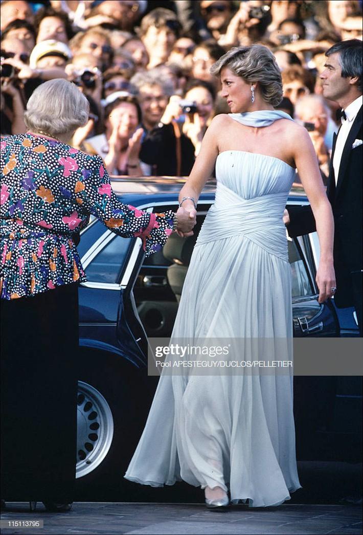 """Dù đã hơn 30 năm nhưng chiếc đầm tuyệt đẹp của công nương Diana và khoảnh khắc """"tình tứ"""" với chồng tại Cannes vẫn thật khó quên - Ảnh 3."""