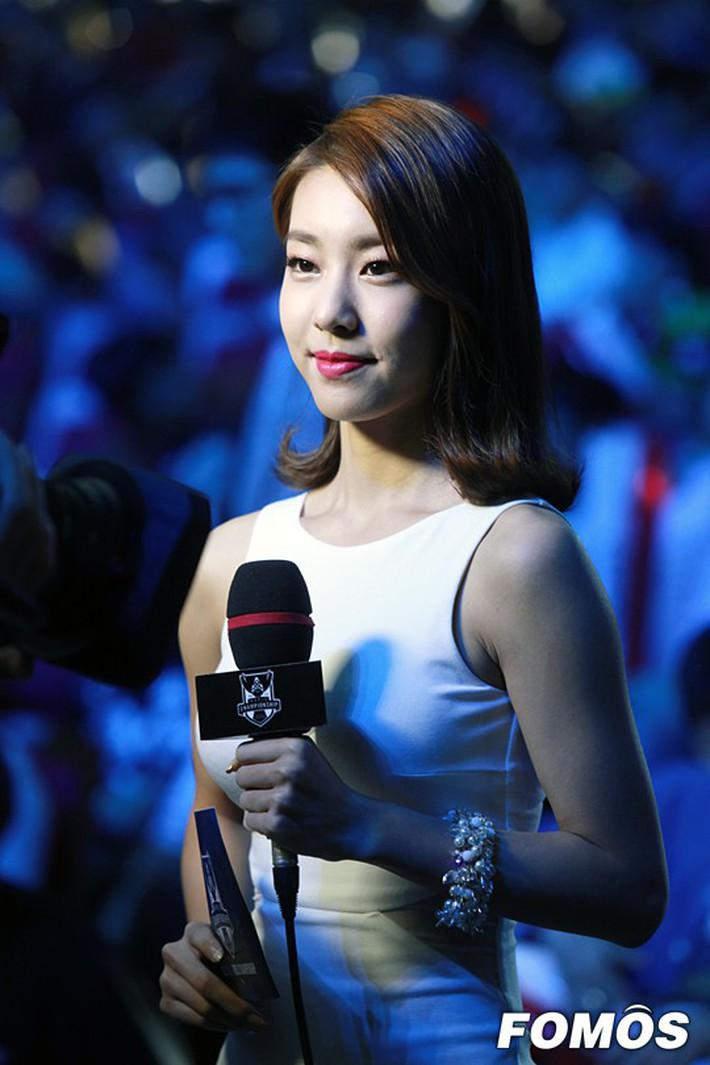 Hẹn hò thì mặc giản dị, ai ngờ khi đi làm người yêu So Ji Sub lại chỉ thích diện váy ôm khoe dáng triệt để thế này  - Ảnh 5.