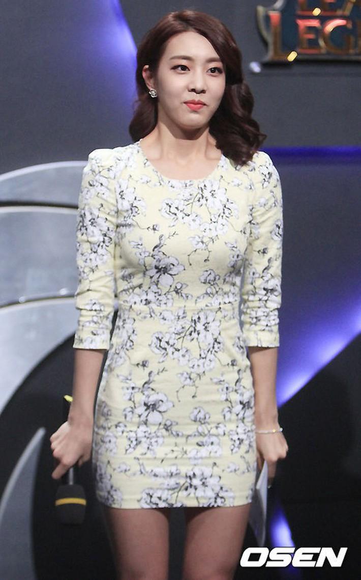 Hẹn hò thì mặc giản dị, ai ngờ khi đi làm người yêu So Ji Sub lại chỉ thích diện váy ôm khoe dáng triệt để thế này  - Ảnh 6.