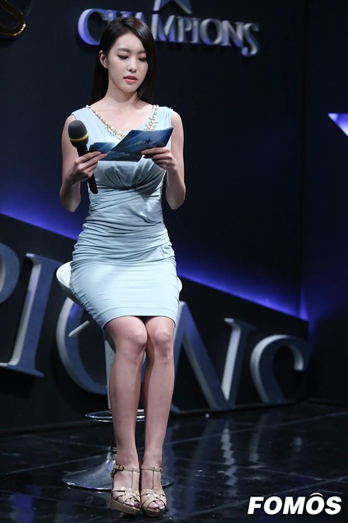 Hẹn hò thì mặc giản dị, ai ngờ khi đi làm người yêu So Ji Sub lại chỉ thích diện váy ôm khoe dáng triệt để thế này  - Ảnh 11.