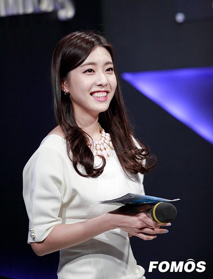 Hẹn hò thì mặc giản dị, ai ngờ khi đi làm người yêu So Ji Sub lại chỉ thích diện váy ôm khoe dáng triệt để thế này  - Ảnh 14.