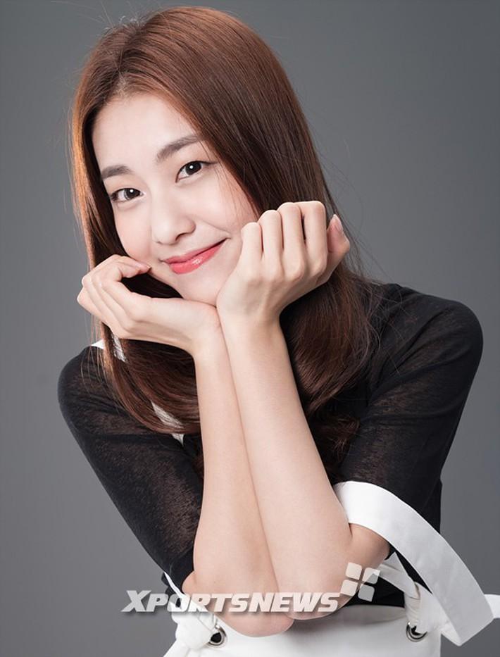 Hẹn hò thì mặc giản dị, ai ngờ khi đi làm người yêu So Ji Sub lại chỉ thích diện váy ôm khoe dáng triệt để thế này  - Ảnh 3.