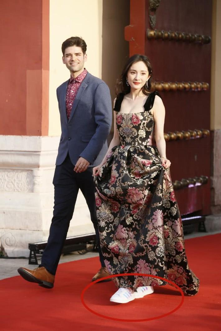 Mặc váy sang chảnh nhưng lại đi giày bệt, Dương Mịch bị chê bai làm màu để gây sự chú ý - Ảnh 3.