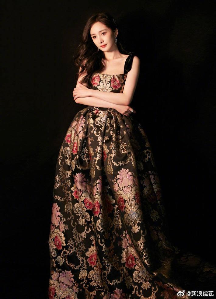 Mặc váy sang chảnh nhưng lại đi giày bệt, Dương Mịch bị chê bai làm màu để gây sự chú ý - Ảnh 5.