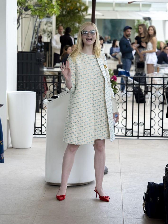 Elle Fanning tiết lộ bị ngất xỉu khi xiết mình trong chiếc váy của Prada, sự việc chính là lời cảnh tỉnh cho nhiều chị em! - Ảnh 12.