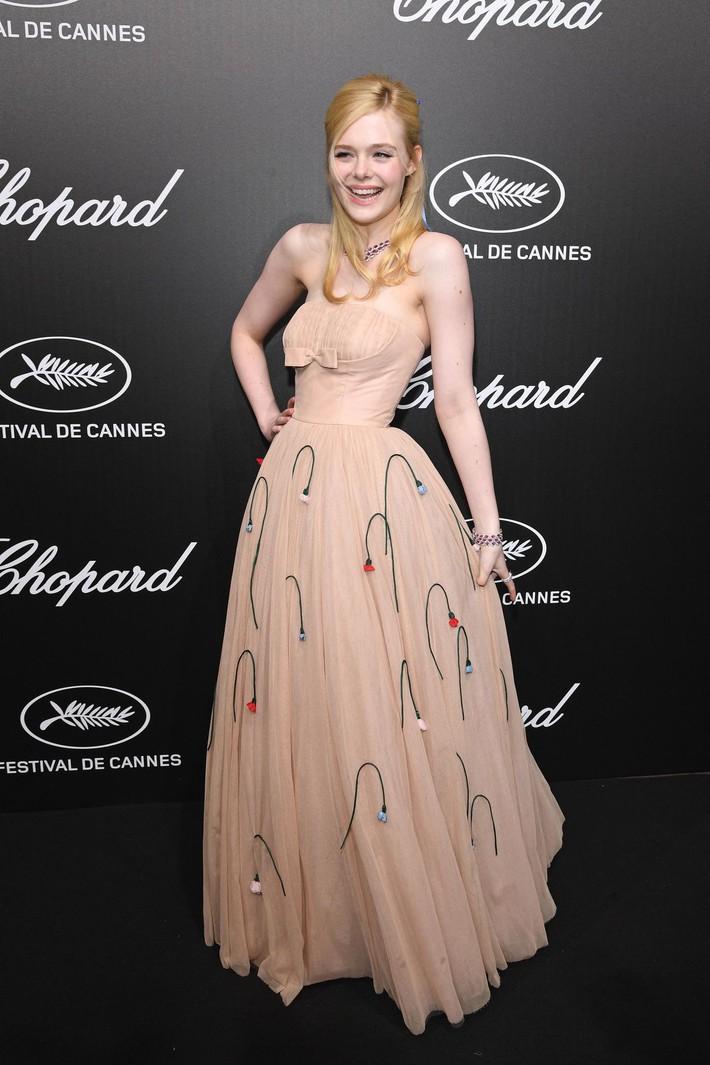 Elle Fanning tiết lộ bị ngất xỉu khi xiết mình trong chiếc váy của Prada, sự việc chính là lời cảnh tỉnh cho nhiều chị em! - Ảnh 1.