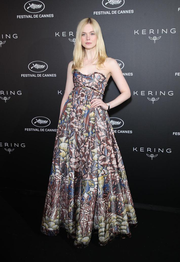 Elle Fanning tiết lộ bị ngất xỉu khi xiết mình trong chiếc váy của Prada, sự việc chính là lời cảnh tỉnh cho nhiều chị em! - Ảnh 9.