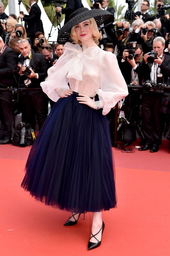 Elle Fanning tiết lộ bị ngất xỉu khi xiết mình trong chiếc váy của Prada, sự việc chính là lời cảnh tỉnh cho nhiều chị em! - Ảnh 7.