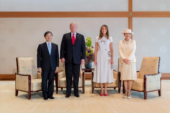 Bà Melania Trump diện đầm trăm triệu thời thượng, đối lập hoàn toàn với Hoàng hậu Masako và Đệ nhất phu nhân Aki Abe - Ảnh 2.