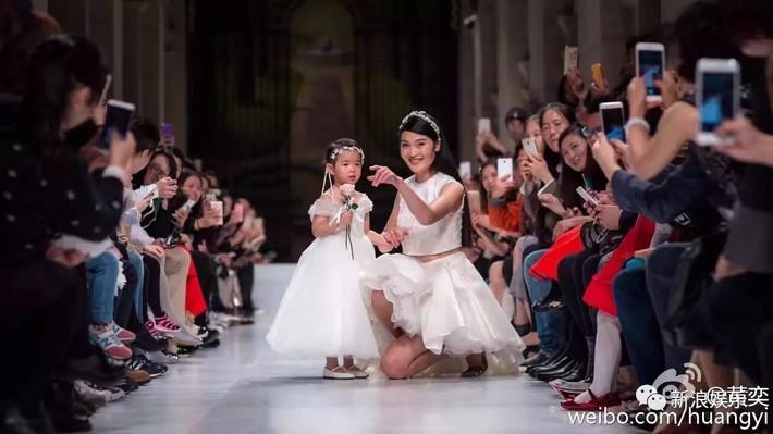 Con gái Huỳnh Dịch bộc lộ tài năng người mẫu sớm, mới 7 tuổi đã chinh chiến khắp các show thời trang - Ảnh 5.