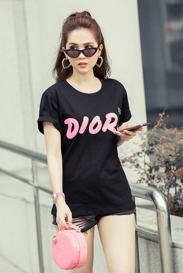 Sau màn xuyên thấu táo bạo, Ngọc Trinh xuống phố với áo phông đọ sắc với bà bầu xinh xắn Diệp Lâm Anh trong street style tuần này - Ảnh 1.