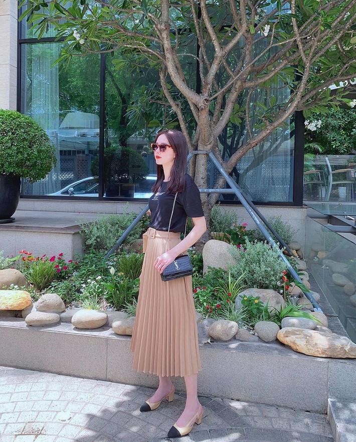 Sau màn xuyên thấu táo bạo, Ngọc Trinh xuống phố với áo phông đọ sắc với bà bầu xinh xắn Diệp Lâm Anh trong street style tuần này - Ảnh 5.