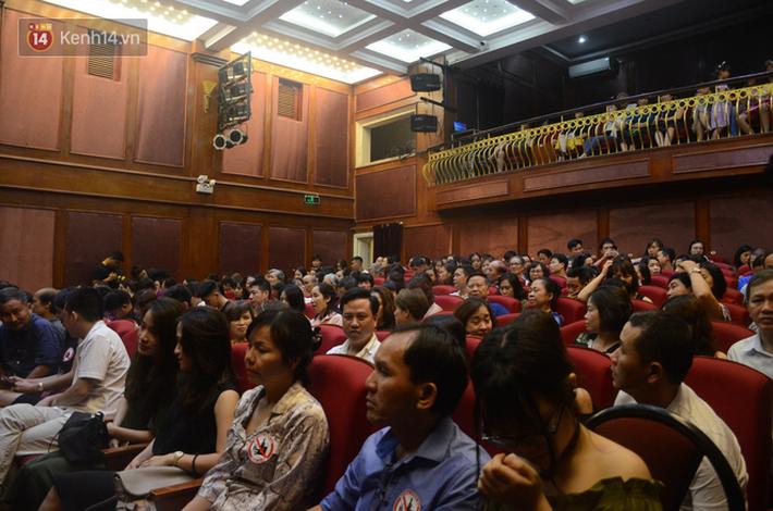 Xúc động đêm diễn ủng hộ gia đình nữ nhân viên Nhà hát Kịch Việt Nam bị ô tô tông tử vong: 200 khán giả rơi nước mắt - Ảnh 2.