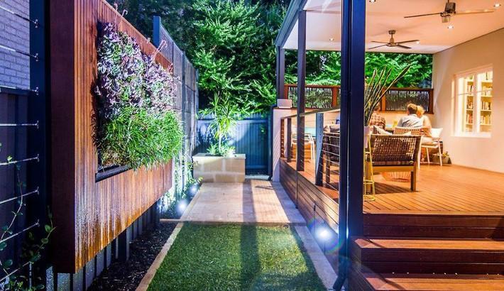 Nhà phố chật hẹp gần hơn với thiên nhiên nhờ những mảng tường xanh hiền hòa - Ảnh 4.