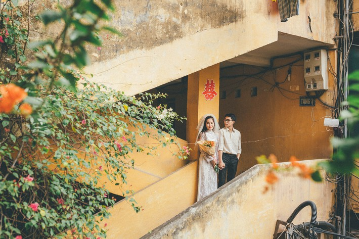 Cặp đôi mượn quần áo bố mẹ ra khu tập thể cũ chụp bộ ảnh cưới theo style thời bao cấp trong trẻo và bình yên quá đỗi - Ảnh 1.