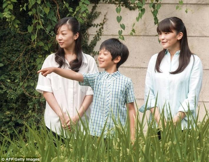 Quy tắc ngầm 3 không trong trang phục của công chúa hoàng tử gia đình Nhật Hoàng: Nghiêm ngặt hơn cả Hoàng gia Anh - Ảnh 4.
