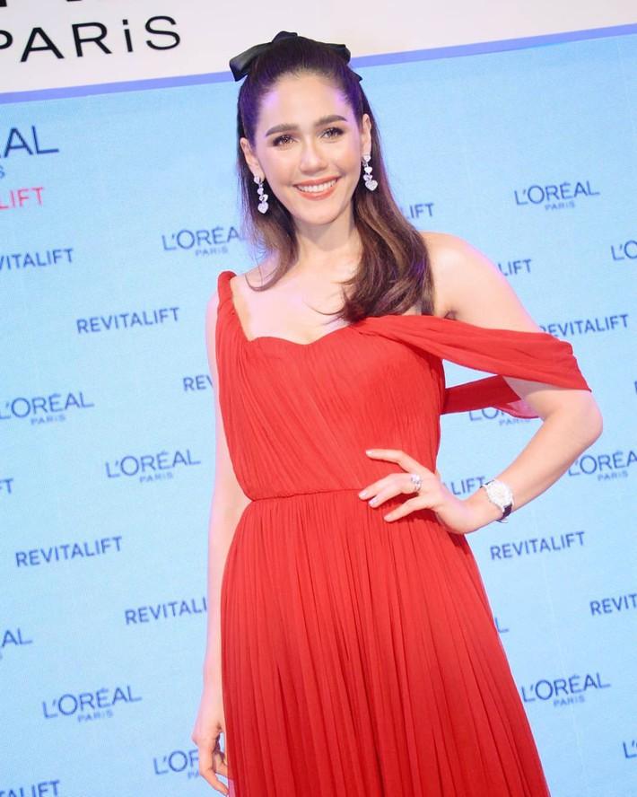 """""""Mỹ nhân đẹp nhất Thái Lan"""" Chompoo Araya ngọt ngào như công chúa đối lập, Thái Y Lâm sexy hết nấc khi diện chung váy - Ảnh 1."""