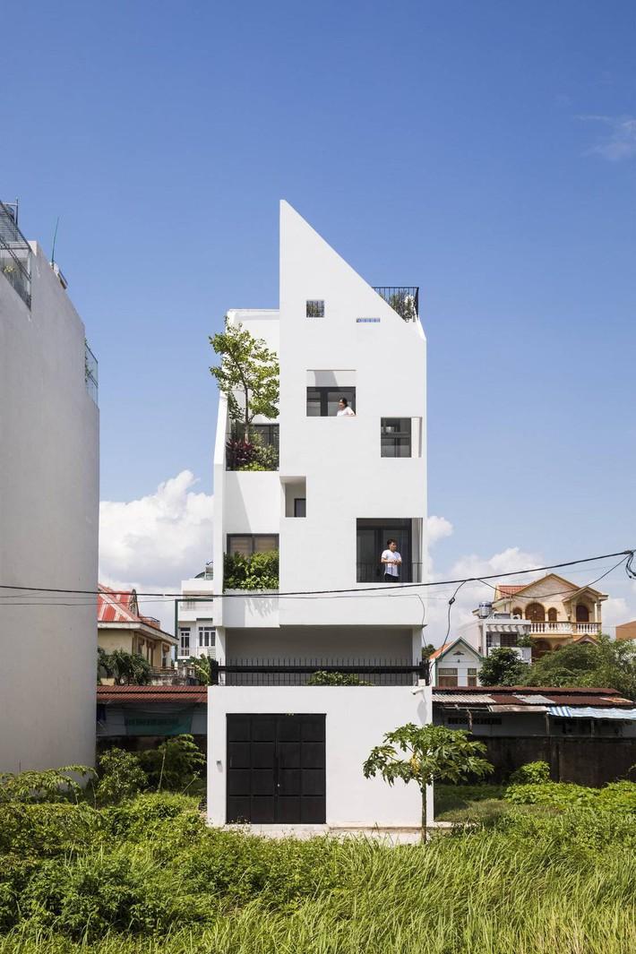 Ngôi nhà hướng Tây vừa độc đáo vừa mát mẻ nhờ thiết kế lệch tầng ở quận 2, Sài Gòn - Ảnh 1.