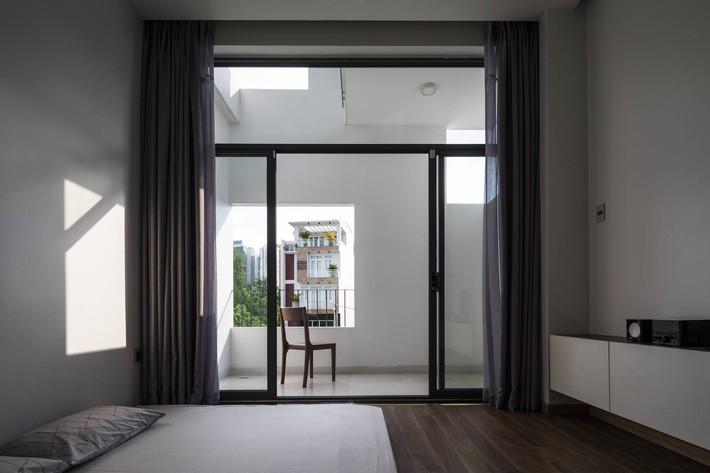 Ngôi nhà hướng Tây vừa độc đáo vừa mát mẻ nhờ thiết kế lệch tầng ở quận 2, Sài Gòn - Ảnh 11.