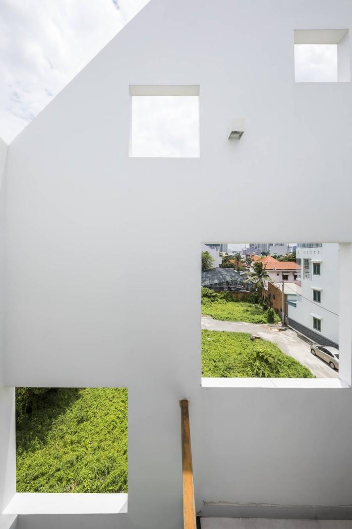 Ngôi nhà hướng Tây vừa độc đáo vừa mát mẻ nhờ thiết kế lệch tầng ở quận 2, Sài Gòn - Ảnh 4.