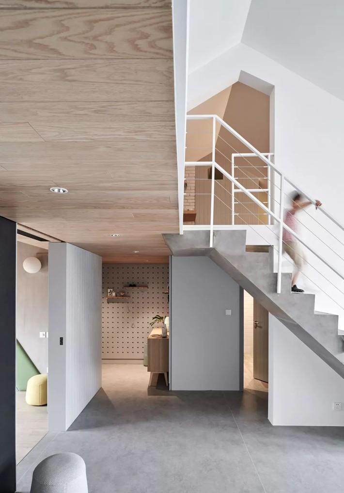 Cặp vợ chồng trẻ nới rộng căn hộ áp mái 85m2 thành không gian 115m2 sau cải tạo ai nhìn cũng mê - Ảnh 3.