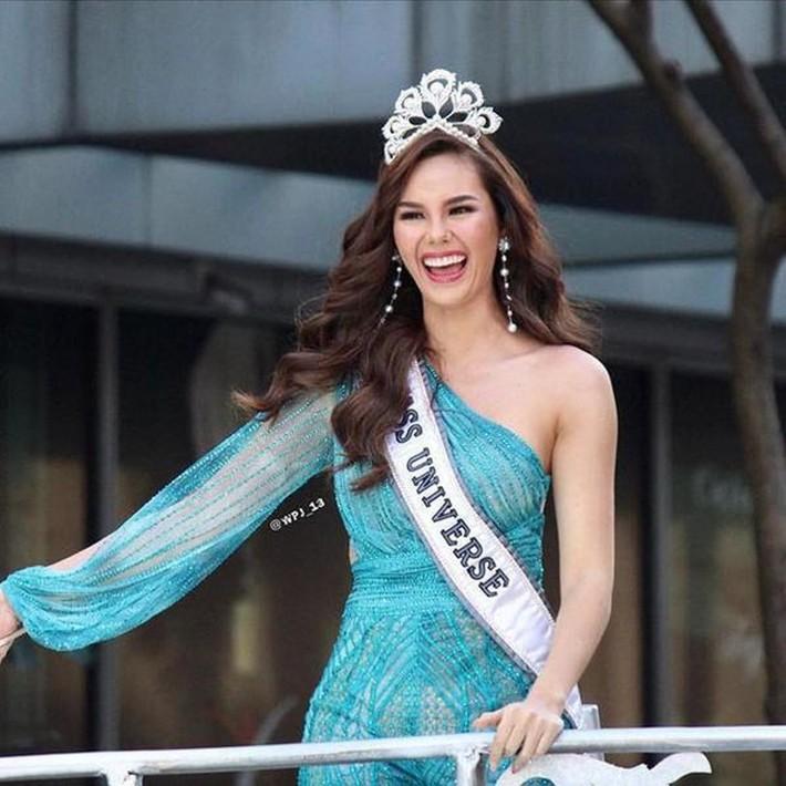Hoa hậu Catriona Gray đội vương miệng fake trong đêm chung kết HH Hoàn vũ Philippines với lý do dở khóc dở cười - Ảnh 5.