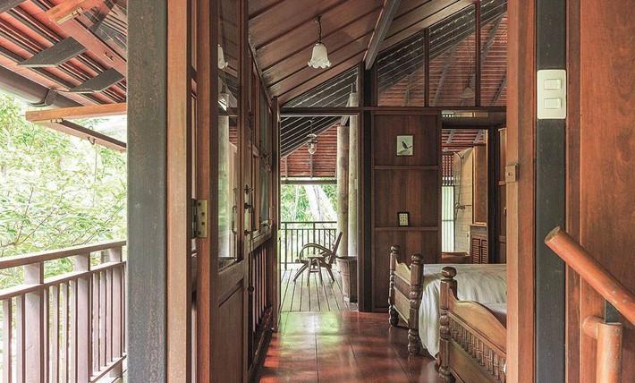 Ngôi nhà gỗ bất chấp nắng nóng, chỉ có gió mát và ánh sáng ngập tràn giữa rừng cây xanh - Ảnh 15.