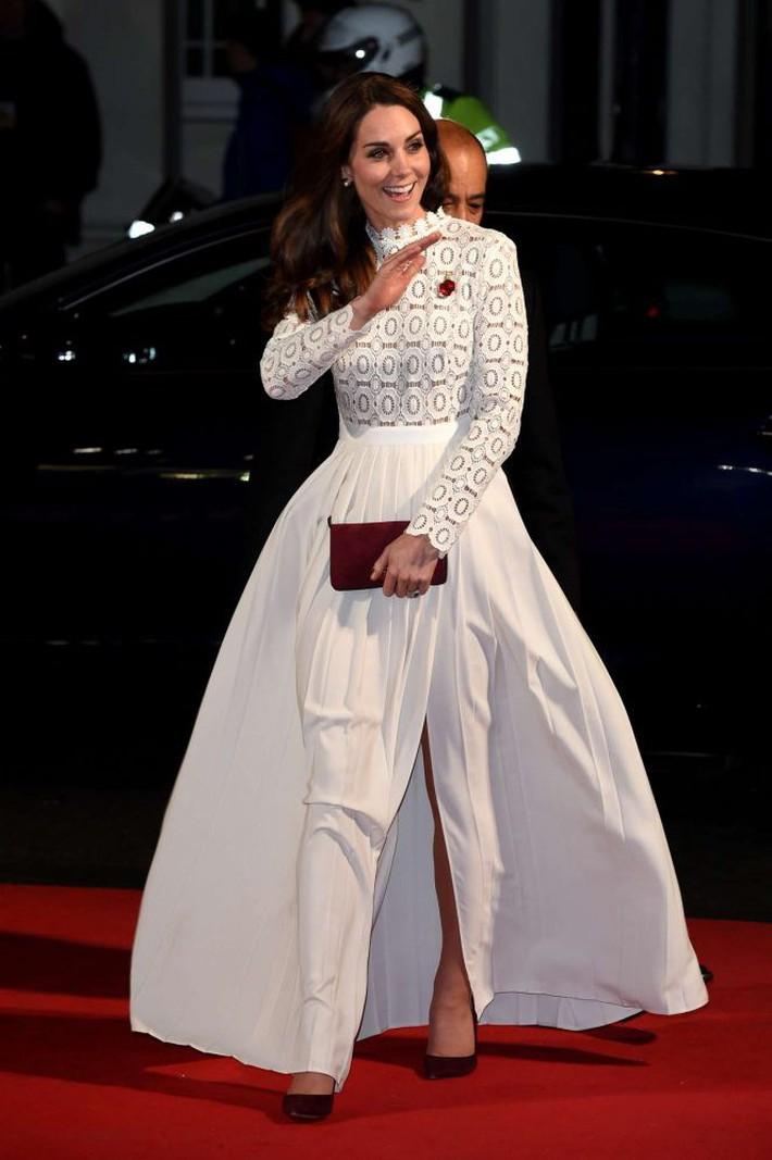 Kate-Middleton_-A-Street-Cat-Named-Bob-UK-Premiere--01-662x995
